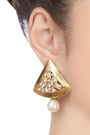 Gold plated pearl drop earrings..
