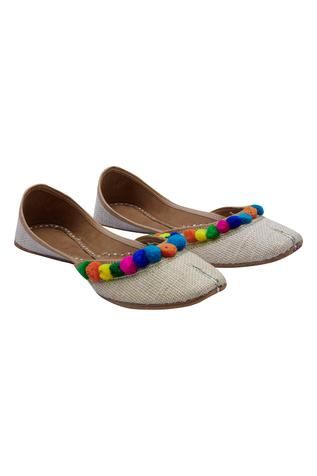 pompom-embroidered-juttis