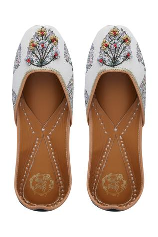 floral-printed-embroidered-juttis