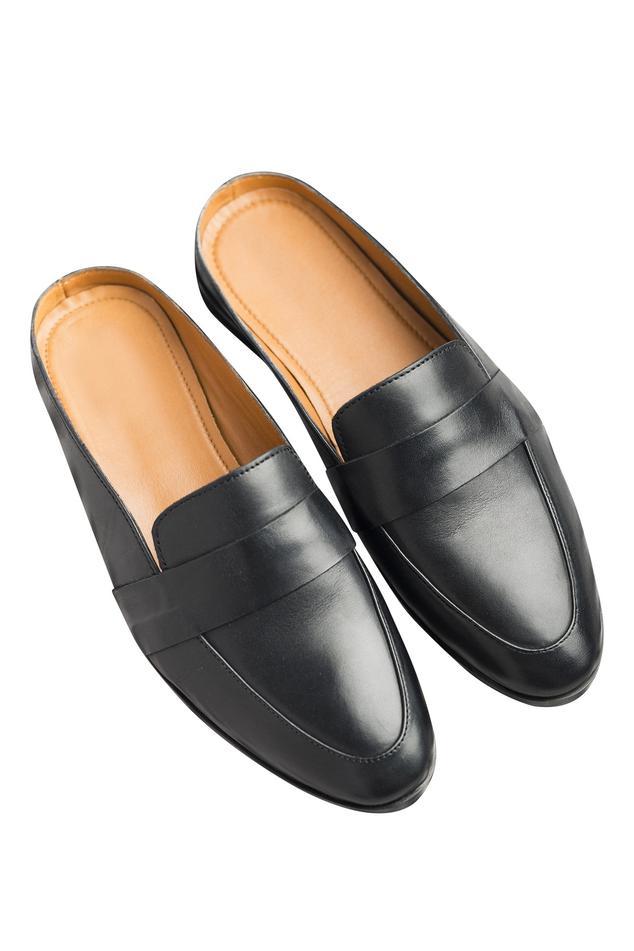 Flat slip-on style shoes