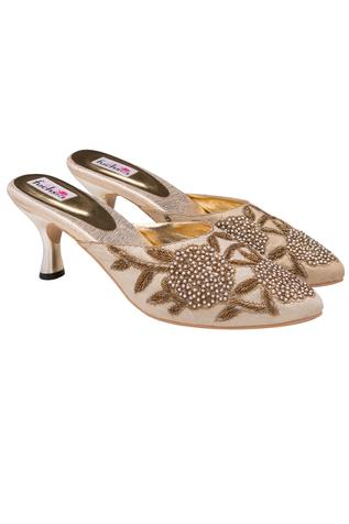Beige floral embroidered pair of kitten heels