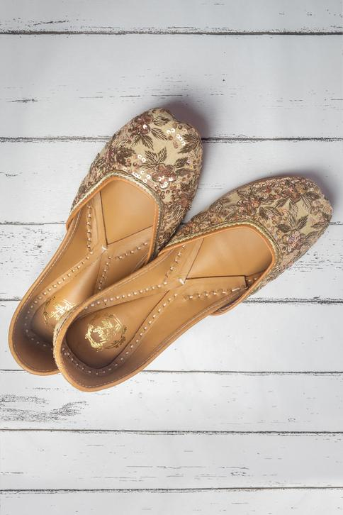 Linen Embroidered Juttis